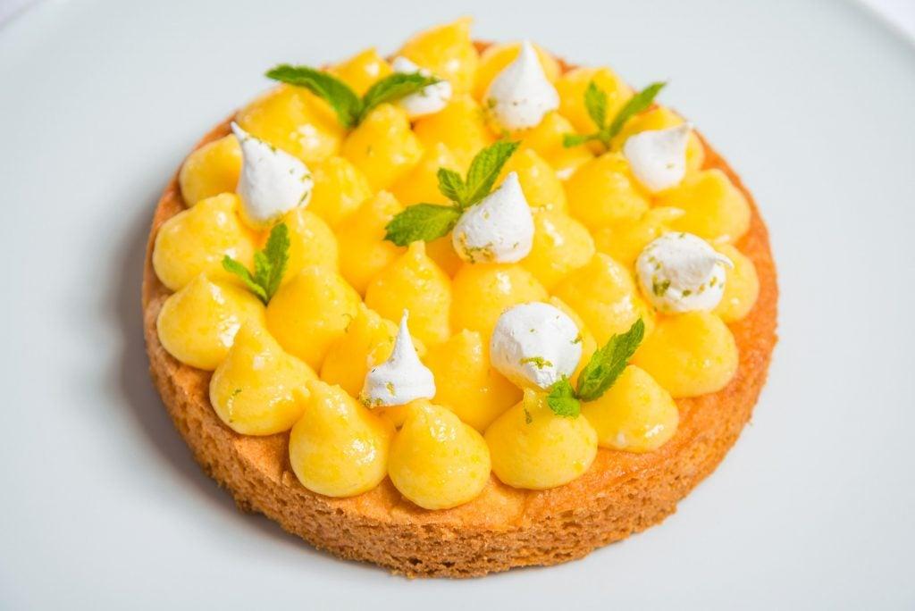 Tartelette citron, fleur d'oranger, praliné croustillant à l'anis vert et meringue